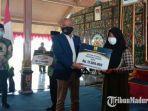 anggota-komisi-v-dpr-ri-h-syafiuddin-asmoro-menyerahkan-bantuan-stimulan-perumahan-swadaya.jpg