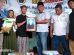 anggota-pwi-dan-relawan-achmad-iskandar-saat-memberikan-bingkisan.jpg