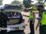 anggota-satlantas-polres-bangkalan-melakukan-pemeriksaan-terhadap-kendaraan-di-suramadu.jpg