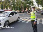 anggota-satlantas-polres-lamongan-melaksanakan-tugas-mengatur-arus-lalu-lintas.jpg