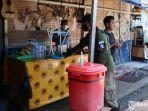 anggota-satpol-pp-kota-surabaya-memperingatkan-pada-pemilik-warung-kopi.jpg