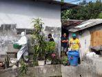 anggota-tim-medis-pmi-surabaya-evakuasi-mayat-bayi-perempuan-di-surabaya.jpg
