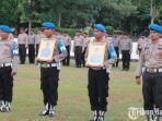 anggota-unit-propam-polres-bangkalan-memegang-foto-brigadir-supriyanto-dan-brigadir-fery-setyawan.jpg