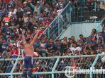 aremania-saat-mendukung-laga-arema-fc-melawan-timnas-u-22-indonesia-di-stadion-kanjuruhan-malang.jpg