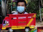 arif-budianto-40-menunjukan-miniatur-truk-oleng.jpg