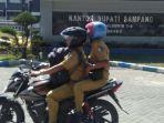 asn-melintas-di-depan-kantor-bupati-sampang-jalan-jamaluddin-kabupaten-sampang.jpg