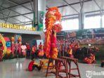 atraksi-barongsai-di-depan-gerbang-keberangkatan-terminal-2-bandara-juanda.jpg