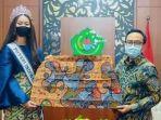 baddrut-tamam-menyerahkan-batik-dari-desa-toket-ke-puteri-indonesia-2020.jpg