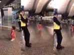 balita-meminta-izin-petugas-keamanan-bandara.jpg