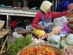 banyak-pembeli-dan-pedagang-yang-tidak-menggunakan-masker-di-pasar-anom-baru-sumenep.jpg