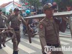 barang-barang-pkl-diamankan-satpol-pp-kabupaten-sampang.jpg