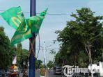 bendera-partai-yang-terpasang-tanpa-izin-di-tiang-pju-jalan-kh-wahid-hasyim-sampang.jpg