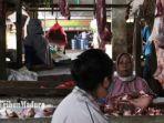 bu-eko-65-pedagang-penjual-daging-sapi-nampak-menawarkan-kepada-pengunjung-pasar.jpg