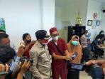 bupati-bangkalan-r-abdul-latif-amin-imron-memantau-kondisi-ruang-icu-pasien-covid-19.jpg