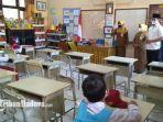 bupati-bangkalan-r-abdul-latif-amin-imron-menyapa-siswa-kelas-2-a-sd-negeri-1-kemayoran.jpg