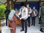 bupati-bangkalan-rk-abdul-latif-amin-imron-surat-keterangan-sehat-kepada-pasien-sembuh-covid-19.jpg