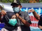 bupati-sumenep-terpilih-achmad-fauzi-memakaikan-masker-gratis-pada-pengendara.jpg