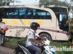bus-akas-nopol-n-7076-uv-kecelakaaan-dan-menabrak-pohon-di-jalan-sumenep-pamekasan.jpg
