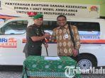 dandim-pamekasan-letkol-inf-m-effendi-saat-menerima-bantuan-1-unit-mobil-ambulance.jpg