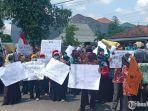 demonstrasi-guru-di-depan-kantor-kementerian-agama-kabupaten-kediri.jpg