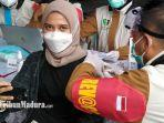 devita-ariani-warga-kelurahan-kemayoran-dalam-gelar-serbuan-vaksinasi-gratis-di-bangkalan.jpg