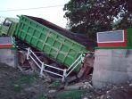 dilintasi-dump-truk-jembatan-di-bojonegoro-ambrol.jpg