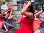 dua-wanita-muda-yang-sedang-challenge-mandi-di-atas-motor.jpg