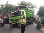 dump-truk-tabrak-truk-trailer-di-jalan-mastrip-surabaya.jpg
