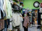dwi-prasetyono-mengecek-barang-dagangan-di-toko-perlengkapan-haji.jpg