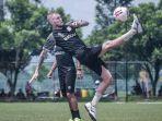 eks-pemain-asing-madura-united-jacob-papper-saat-berlatih-bersama-tim.jpg