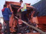 evakuasi-dump-truck-yang-kecelakaan-di-lamongan.jpg