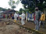 evakuasi-jenazah-korban-diduga-gantung-diri-di-sebuah-gubuk-kelurahan-gedongombo.jpg