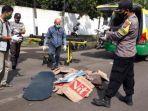 evakuasi-korban-kecelakaan-di-kecamatan-manyar.jpg