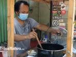 filman-agus-dwianto-saat-menyajikan-soto-ayam-murah-di-mojoroto-kota-kediri-selasa-792021.jpg