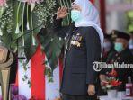 gubernur-jatim-khofifah-indar-parawansa-inspektur-upacara-peringatan-hut-ke-75-provinsi-jatim.jpg