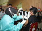gubernur-jatim-khofifah-indar-parawansa-saat-meninjau-vaksinasi-covid-19.jpg