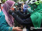 gubernur-jawa-timur-khofifah-indar-parawansa-membagikan-masker.jpg