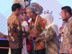 gubernur-jawa-timur-khofifah-indar-parawansa-saat-menerima-penghargaan-ppd-2019.jpg