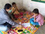 guruavan-fathurrahman-saat-mengajar-siswanya-di-rumah.jpg