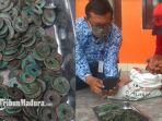 hanan-menunjukkan-koin-kuno-yang-ia-temukan-di-sawah-awalnya-berupa-gumpalan.jpg