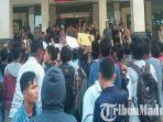 himpunan-mahasiswa-islam-hmi-bangkalan-unjuk-rasa-di-depan-gedung-rektorat-utm.jpg