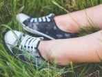ilustrasi-gadis-pakai-sepatu.jpg