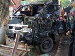 ilustrasi-kecelakaan-mobil-carry-menabrak-pohon.jpg