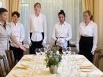 ilustrasi-makan-bersama-royal-family-dinner-table-manner-restoran.jpg