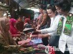 istri-menteri-belanja-kain-batik-di-pasar-17-agustus-pamekasan.jpg