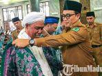 jamaah-haji-asal-pamekasan-dilepas-bupati-pamekasan-baddrut-tamam-di-masjid-agung-asy-syuhada.jpg