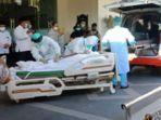 jenazah-wakil-bupati-sidoarjo-nur-ahmad-syaifuddin-atau-cak-nur-yang-akan-dimasukkan-ke-ambulans.jpg