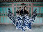 kain-batik-bermotif-abstrak-karya-batik-ka-de-pamekasan-dipakai-dua-model-pamekasan.jpg