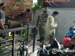 kapolres-bangkalan-akbp-rama-samtama-putra-meminta-pengunjung-kafe-meninggalkan-lokasi.jpg