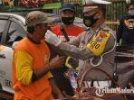 kasatlantas-polres-bangkalan-akp-andhika-mizaldi-lubis-membagikan-masker.jpg